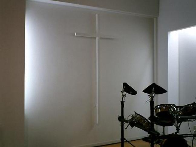 会堂前面の十字架